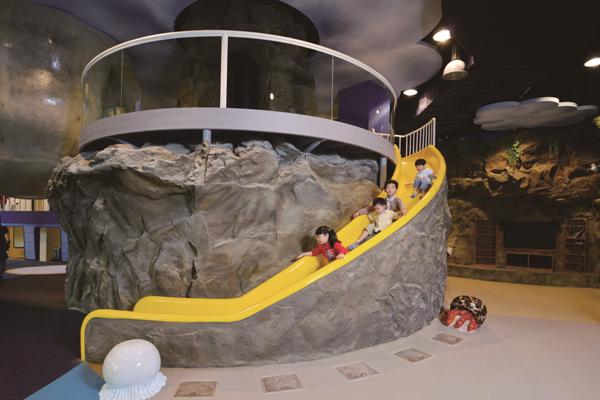 孩童體驗水滴旅行設施