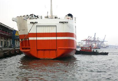 港內大船停泊須藉助拖船停靠碼頭